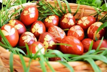 oua vopsite in coaja de ceapa si impreimate cu ierburi